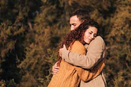 5-manfaat-memeluk-pasangan-Pria-harus-tahu-klinik-lelaki